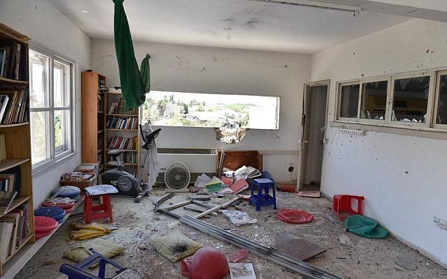 L'intérieur d'une maison touchée par une roquette dans le conseil régional d'Eshkol. La famille s'était échappée quelques instants plus tôt dans un abri (Crédit : police israélienne).