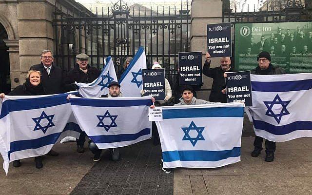 Des manifestants pro-Israël devant le parlement irlandais, le 24 janvier 2019, pour protester contre une loi de boycott des produits provenant des implantations en Cisjordanie. (Crédit : Twitter)
