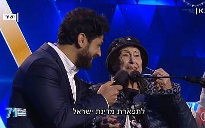 Aviv Alush, (à gauche), qui a animé la cérémonie, et Marie Nahmias, 93 ans, qui a allumé une torche lors de Yom HaAstmaout, à Jérusalem, le 8 mai 2019. (Capture d'écran : Kan)