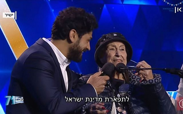 Aviv Alush, à gauche, qui a animé la cérémonie, et Marie Nahmias, 93 ans, qui a allumé une torche lors de Yom HaAstmaout, à Jérusalem, le 8 mai 2019 (Capture d'écran : Kan)