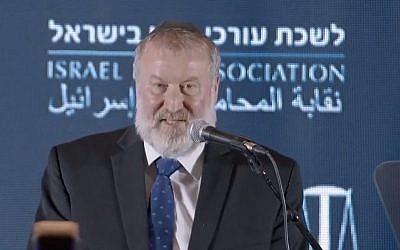 Le procureur général Avichai Mandelblit lors d'un événement de l'association du barreau israélien à Eilat, le 27 mai 2019. (Capture d'écran Treizième chaîne)