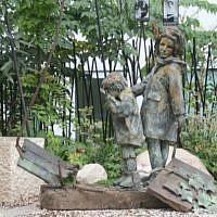 Le monument dédié aux enfants assassinés pendant la Shoah à Paris, en France, qui a été vandalisé au mois de mai 2019 (Crédit : Congrès juif européen)