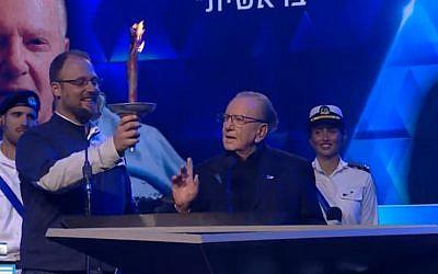 Morris Kahn (D) annonce qu'il contribuera au financement de la seconde mission lunaire israélienne lors de la cérémonie de Yom HaAtsmaout à Jérusalem, le 8 mai 2019 (Crédit : capturé écran / Douzième chaîne)