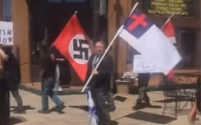 Des suprématistes blancs protestent contre une cérémonie de commémoration de la Shoah dans l'Arkansas, à Russellville, le 5 mai 2019 (Capture d'écran : YouTube)