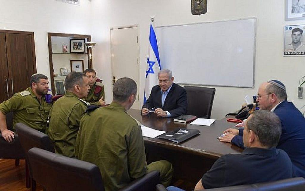 Le Premier ministre Benjamin Netanyahu tient des consultations avec le chef d'état-major de Tsahal, le directeur du Shin Bet et des responsables de la sécurité à la Kiriya, à Tel Aviv, le 4 mai 2019 (Crédit : autorisation)