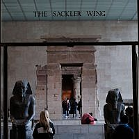 Des visiteurs de l'aile Sackler au Metropolitan Museum of Art de New York, le 28 mars 2019 (Crédit : Spencer Platt/Getty Images)
