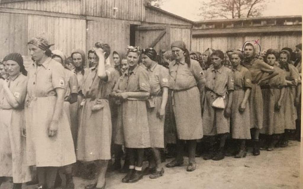 """Bobby Neumann, (entourée), à l'âge de 15 ans, lors de son deuxième jour à Auschwitz, une image prise par un photographe nazi découverte dans un album après la guerre. Publié dans """"l'Album d'Auschwitz Album"""" par Yad Vashem (Autorisation)"""