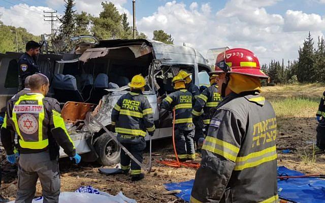 Les services de secours sur le site d'un accident de minibus sur la Route 443 ayant fait quatre morts et 10 blessés, le 9 mai 2019. (Crédit : Services de secours et d'incendie du District du centre)