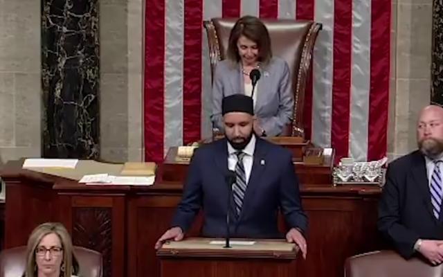 Omar Suleiman prononce une prière d'ouverture pour une session de la Chambre des représentants des États-Unis, le 9 mai 2019. (Capture d'écran: YouTube via JTA)