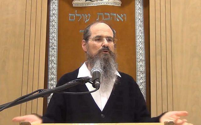 Le rabbin Shmuel Tal, responsable de la yeshiva Torat HaChaim, durant un sermon, le 27 décembre 2018. (Capture d'écran/YouTube)