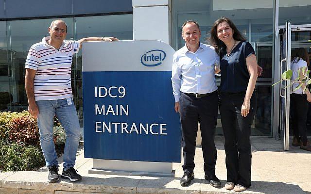 Le PDG d'Intel Corp, Bob Swan, (au centre), visite les installations du géant américain de la technologie à Haïfa le 16 juin 2019. (Ezra Levy)