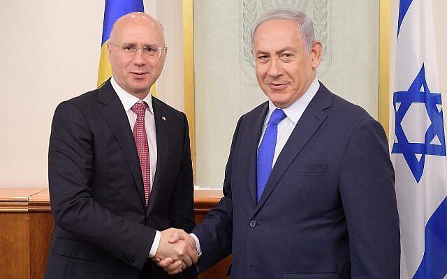 Le Premier ministre Benjamin Netanyahu (à droite) accueille le Premier ministre moldave Pavel Filip dans son bureau de Jérusalem, le 9 novembre 2017. (Amos Ben Gershom,/GPO)