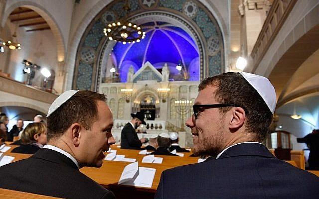 A titre d'illustration : Des invités assistent à une cérémonie à la Synagogue Rykestrasse à Berlin le 9 novembre 2018 pour commémorer le 80e anniversaire du pogrom nazi de la Nuit de Cristal à Berlin. (John MACDOUGALL / AFP)
