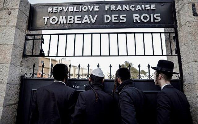 Des hommes ultra-orthodoxes devant la porte close du Tombeau des Rois, détenu et administré par le Consulat français de Jérusalem, à Jérusalem-Est, le 24 janvier 2019. (Crédit : THOMAS COEX / AFP)