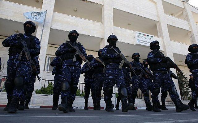 Des policiers palestiniens participent à une formation à leur siège de Hébron, en Cisjordanie, le 30 janvier 2019 (Crédit :  HAZEM BADER / AFP)