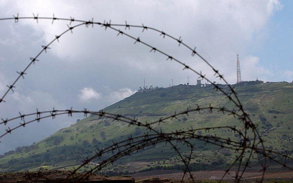 Un avant-poste militaire israélien sur le plateau du Golan est photographié depuis la ville syrienne de Quneitra, le 26 mars 2019. (Louai Beshara/AFP)