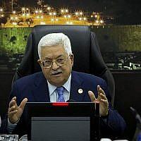 Le président Mahmoud Abbas s'exprime pendant la réunion hebdomadaire de cabinet de l'AP dans la ville de Ramallah en Cisjordanie, le 29 avril 2019 (Crédit : Majdi Mohammed / POOL / AFP)