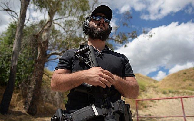 Le rabbin Raziel Cohen, alias « rabbin d'intervention », s'entretient avec l'AFP lors d'un entretien accordé au Los Angeles Shooting Ranges à Pacoima, Californie, le 20 mai 2019. (Crédit : Agustin Paullier / AFP)