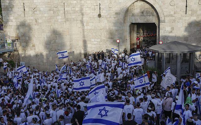 Des Israéliens réunis à la port de Damas, dans la Vieille Ville de Jérusalem, à l'occasion de Yom Yeroushalayim, le 2 juin 2019. (Crédit : MENAHEM KAHANA / AFP)