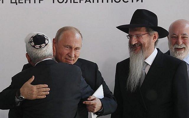 Le président russe Vladimir Poutine, deuxième à gauche, l'homme d'affaires  Viktor Vekselberg, à droite, et le grand-rabbin de Russie, deuxième à gauche, lors de l'inauguration du mémorial consacré à la résistance juive dans les camps de concentration pendant la Seconde guerre mondiale, au musée juif et centre pour la Tolérance de Moscou, le 4 juin 2019 (Crédit :  Sergei Ilnitsky/Pool/AFP)