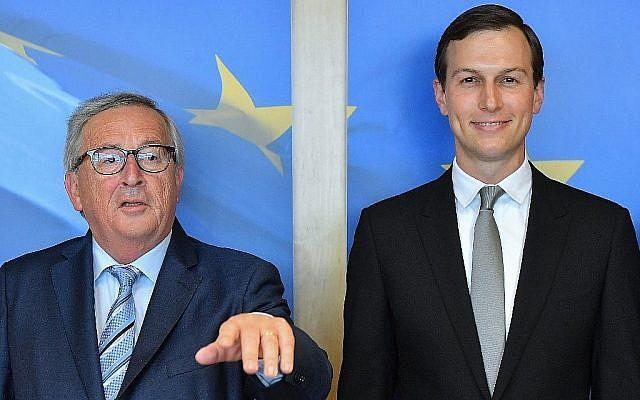 Le président de la Commission européenne Jean-Claude Juncker, à gauche, accueille le conseiller et gendre du président américain Donald Trump,  Jared Kushner, à la Commission européenne de Bruxelles, le 4 juin 2019 (Crédit :  Emmanuel Dunand/AFP)