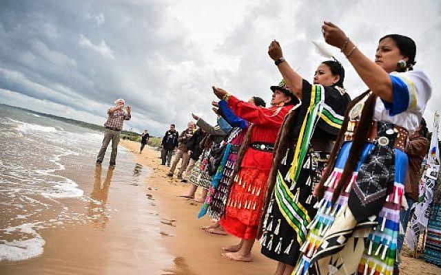 Plusieurs Amérindiens de plusieurs nations ont assisté à une cérémonie le 5 juin 2019 sur la plage d'Omaha Beach à Saint-Laurent-sur-Mer, dans l'ouest de la France, en hommage aux Amérindiens qui ont pris part au débarquement durant la Seconde Guerre mondiale. (LOIC VENANCE / AFP)