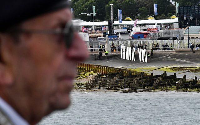 Un vétéran du Jour J regarde la légion royale britannique lors d'une cérémonie  pour le 75e anniversaire du Débarquement en Normandie, le 6 juin 2019. (Crédit  Ben STANSALL / AFP)