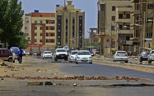 Une barricade de fortune installée par des manifestants pour bloquer l'avancée des forces de l'ordre lors d'un sit-in à Khartoum, au Soudan, le 6 juin 2019. (Crédit : ASHRAF SHAZLY / AFP)