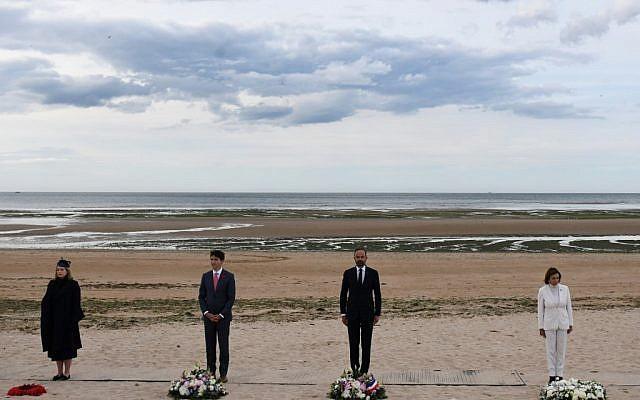 De droite à gauche Nancy Pelosi, Prime Edouard Philippe, Canadian Justin Trudeau,  Penny Mordaunt devant des gerbes de fleurs à Juno Beach, Courseulles-sur-Mer, pour la cérémonie  pour le 75e anniversaire du Débarquement en Normandie, le 6 juin 2019. (Crédit : FRED TANNEAU / POOL / AFP)