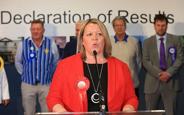 Lisa Forbes du parti du Labour après sa victoire pour un siège local au parlement au centre  de conférences de Kingsgate à Peterborough, en Angleterre, le 6 juin 2019 (Crédit : Lindsey Parnaby / AFP)