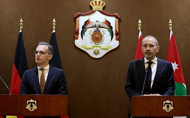 Le ministre allemand des Affaires étrangères, Heiko Maas (à gauche), a rencontré son homologue jordanien, Ayman Safadi, le 9 juin 2019 à Amman. (Crédit : Khalil MAZRAAWI / AFP)