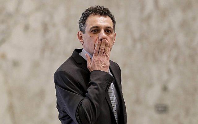 Nizar Zakka, un ressortissant libanais et résident aux Etats-Unis, arrêté en 2015 et condamné à 10 ans de prison pour espionnage, à sa libération de prison au palais présidentiel de Baabda, à l'est de Beyroouth, le 11 juin 2019. (Crédit : ANWAR AMRO / AFP)