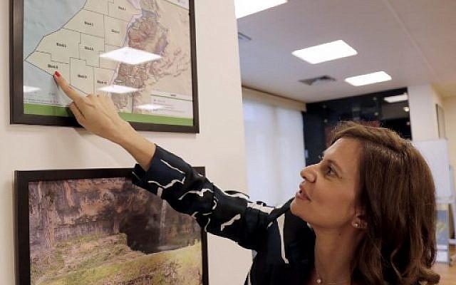La ministre libanaise de l'Énergie, Nada Boustani, présente une carte des blocs de pétrole et de gaz offshore en Méditerranée, le 12 juin 2019, lors d'un entretien avec l'AFP à Beyrouth. (ANWAR AMRO / AFP)
