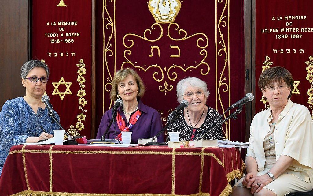 De gauche à droite : la rabbin française Pauline Bebe, la rabbin américaine Tamara Cohn Eskenazi, et l'enseignante française Rosine Cohen et la psychanalyste française Joelle Bernheim à Troyes, lors du premier congrès de femmes rabbin, le 17 juin 2019. (Crédit : BERTRAND GUAY / AFP)