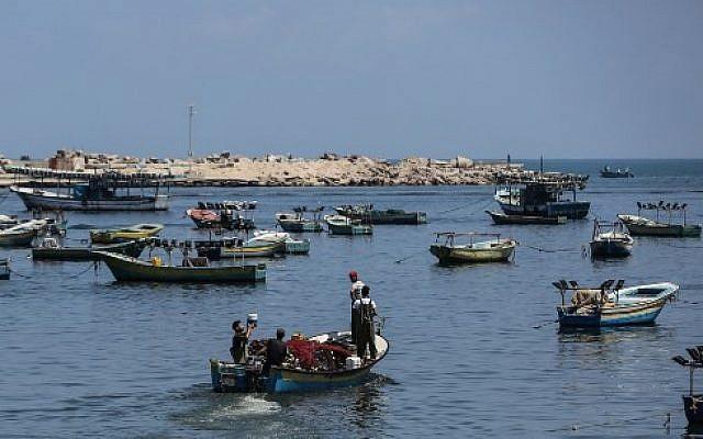 Des pêcheurs palestiniens naviguent en Méditerranée depuis la ville de Gaza, le 18 juin 2019. (Mahmud Hams/AFP)