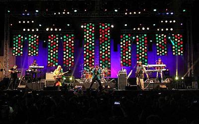 """Les membres d'un groupe de reggae jamaïcain """"Third World"""" (de gauche à droite) Maurice """"Smooth Lion"""" Gregory, Stephen """"Cat"""" Coore, AJ Brown, Richard """"Bassie"""" Daley, et Norris Webb au festival Gnaoua à Essaouira, au Maroc, le 22 juin 2019. (Crédit : AFP)"""