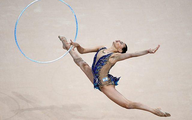 L'Israélienne Linoy Ashram dans l'épreuve du cerceau en gymnastique rythmique, lors de la finale individuelle des Jeux européens de Minsk le 23 juin 2019 (Crédit :  Kirill KUDRYAVTSEV / AFP)