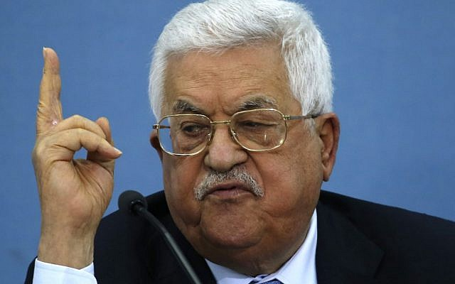 Le président de l'Autorité palestinienne Mahmoud Abbas pendant une rencontre avec les journalistes dans la ville de Ramallah, en Cisjordanie, le 23 juin 2019 (Crédit : ABBAS MOMANI / AFP)