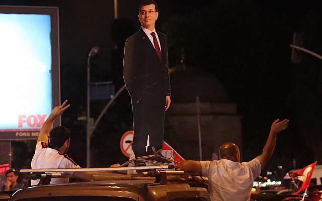 Un mannequin en carton d'Ekrem Imamoglu, du parti d'opposition truc, sur une voiture après sa victoire aux élections municipales le 23 juin 2019. (Crédit : Adem ALTAN / AFP)
