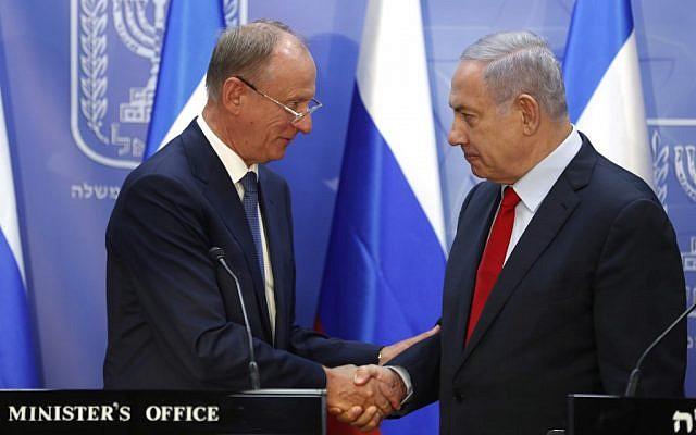 Le secrétaire d'Etat russe à la Sécurité intérieure Nikolai Patrushev (g), rencontre le Premier ministre Minister Benjamin Netanyahu à Jérusalem le 24,juin 2019. (Crédit : RONEN ZVULUN / POOL / AFP)