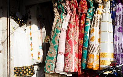Des robes colorées en vente dans un magasin nuptial érythréen au sud de Tel Aviv (Crédit : Dafna Talmon)