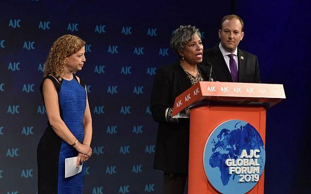 La représentante démocrate du Michigan Brenda Lawrence, avec la représentante démocrate de Floride Debbie Wasserman Schultz, et le représentant républicain de New York Lee Zeldin, lors du lancement du caucus réunissant afro-américains et Juifs lors du Forum global anuel de l'AJC, le 3 juin 2019 (Crédit :AJC via JTA)