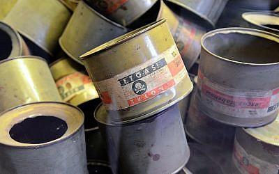 Des boîtes de Zyklon B exposées à Auschwitz. (Crédit photo : CC BY Jaysmark, Flickr)