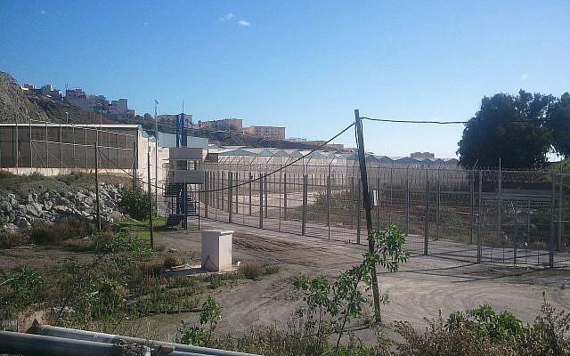La barrière de Ceuta, qui sépare la ville du Maroc. (Crédit : Wikimedia)