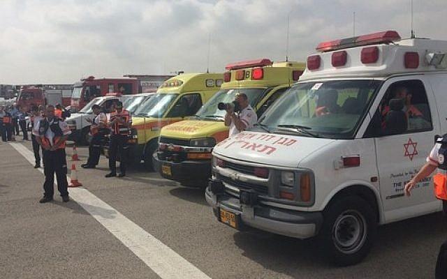 Photo d'illustration : Des ambulances du  Magen David Adom à l'aéroport Ben-Gurion, le 21 avril 2015 (Crédit : Porte-parole MDA)