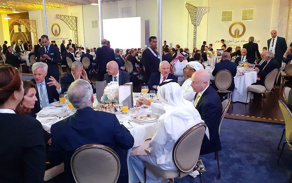 """L'envoyé pour la paix au Moyen orient de l'administration américaine  Jason Greenblatt, à droite, lors du dîner d'ouverture du sommet de """"la paix vers la prospérité"""" à Manama, au Bahreïn, le 24 juin 2019 (Crédit : Raphael Ahren/TOI)"""