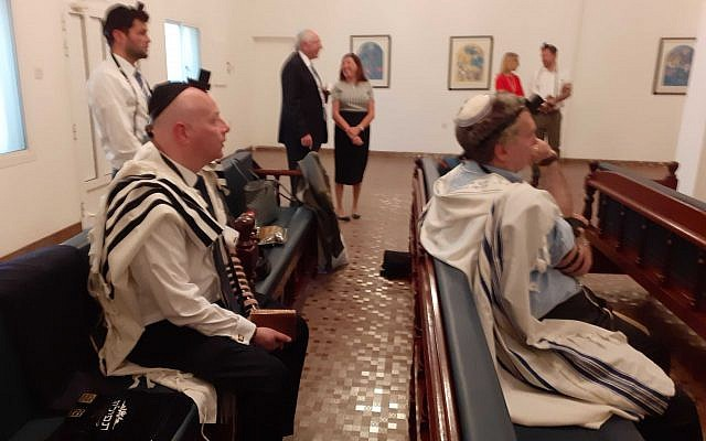 Les fidèles, parmi lesquels Jason Greenblatt, envoyé de l'administration Trump au Moyen-Orient,à gauche, assis, lors de la prière du matin dans une synagogue de Manama, au Bahreïn, le 26 juin 2019 (Crédit : Raphael Ahren/Times of Israel)