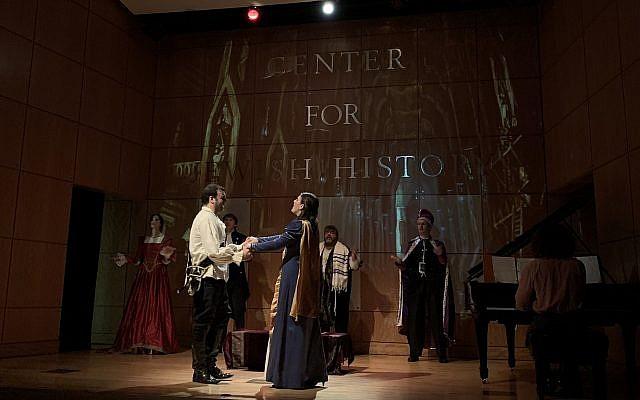 David Serero joue Roméo et Ashley Brooke Miller joue Juliette dans une adaptation juive de la tragédie classique. (Josefin Dolsten via JTA)