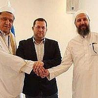 De gauche à droite : L'Imam Hassen Chalghoumi, le chef du conseil régional de Samarie Yossi Dagan et Sheikh Abu-Khalil Tamimi en Cisjordanie, le 13 juin 2019 (Autorisation : Conseil régional de Samarie)