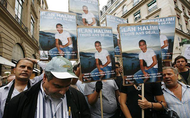 Des manifestants brandissent des photos d'Ilan Halimi à l'issue des deux mois de procès d'un gang parisien qui, en 2006, a enlevé, torturé et tué Halimi, un jeune Juif français, jeudi 2 novembre 2017. (AP Photo/Jacques Brinon, File)